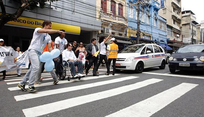 Klebert Motta, da Transalvador, passou por cadeirante durante encenação realizada no centro da cidad - Foto: Mila Cordeiro | Ag. A TARDE
