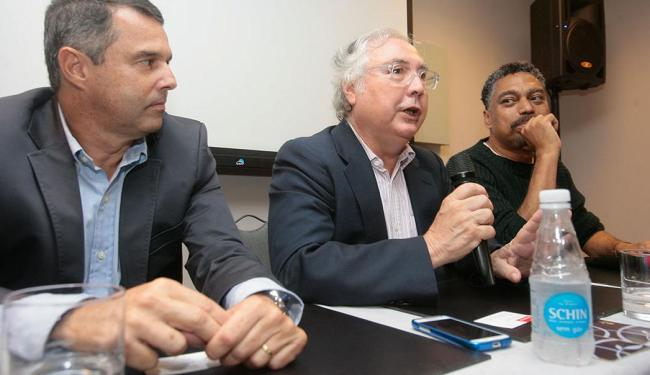 Manuel Castells entre Hélio Tourinho (Braskem) e Jorge Portugal, secretário de Cultura - Foto: Joá Souza | Ag. A TARDE