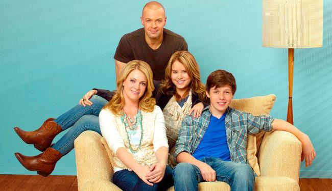 Na última temporada, Melissa & Joey cancelam a viagem de lua de mel após Mel sofrer um acidente - Foto: Divulgação