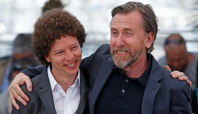 O diretor Michel Franco e o ator Tim Roth, protagonista de