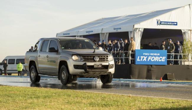 Test drive comprova eficiência do novo pneu em situação de aquaplanagem - Foto: Divulgação Michelin