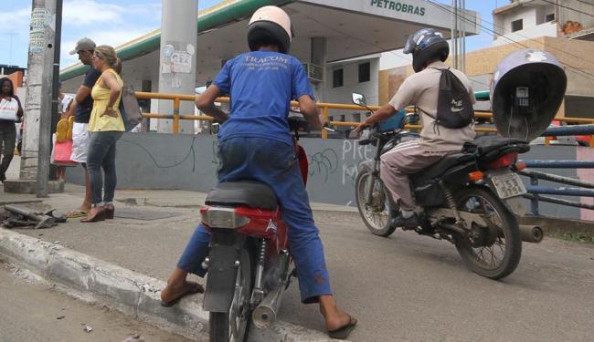 Motociclista trafegando em passeio é uma das infrações - Foto: Diego Mascarenhas | Arquivo | Ag. A TARDE