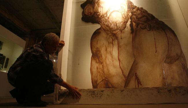 Capinam, presidente da Amafro, aponta arte barroca, feita em vidro, danificada - Foto: Fernando Amorim | Ag. A TARDE