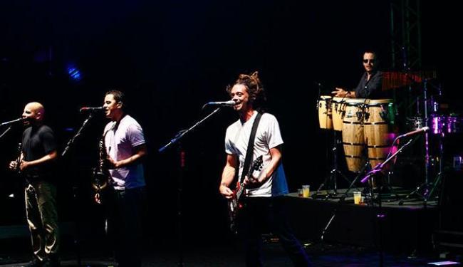O vocalista e guitarrista Jacob Hemphill, da banda Soja, animou o público neste sábado - Foto: Mila Cordeiro   Ag. A TARDE
