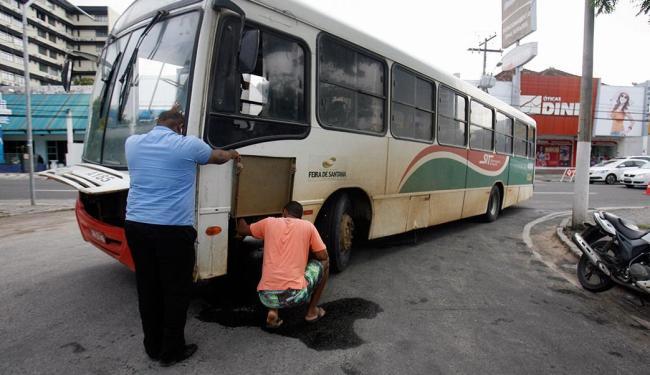 Ônibus quebrado no centro: uma cena comum na cidade - Foto: Luiz Tito | Ag. A TARDE