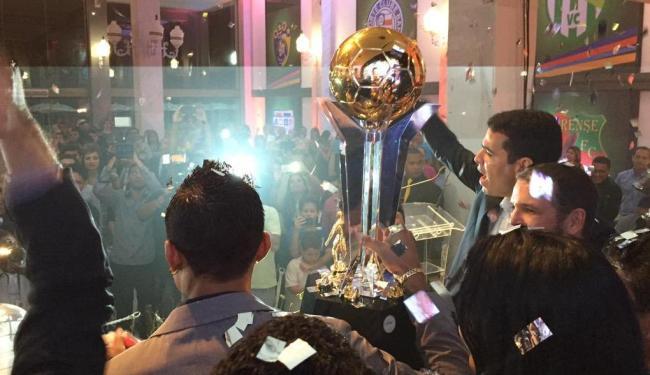 Ao final da premiação, o bicampeão baiano foi convidado a erguer a taça - Foto: Divulgação | @ecbahia