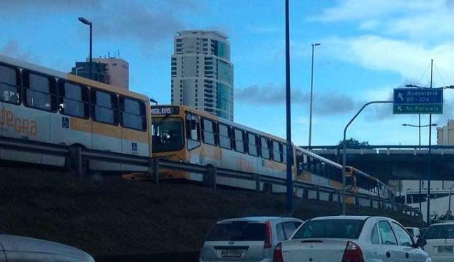 Fila de ônibus parados na Estação Iguatemi - Foto: Paulo Oliveira | Ag. A TARDE