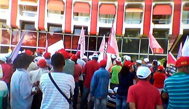 O trabalhadores cantam músicas sobre agricultura familiar na passeata - Foto: Divulgação | FETRAF