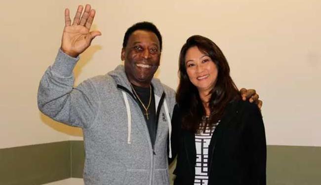 Ao lado da esposa, Pelé posa para foto após receber alta - Foto: Divulgação