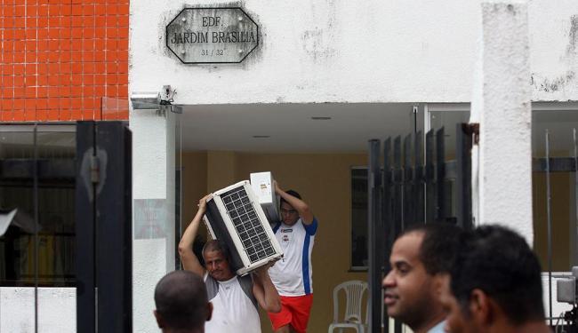 Moradores do prédio em Pernambués saem do imóvel - Foto: Lúcio Távora   Ag. A TARDE   26.05.2015