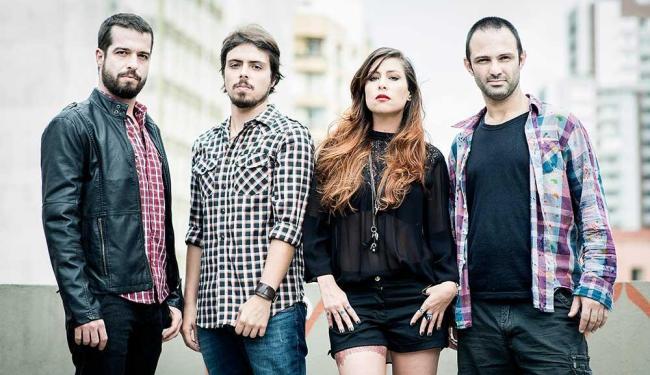 O guitarrista Martin, ao lado do baixista Guilherme, de Pitty e do baterista Duda - Foto: Daryan Dornelles   Divulgação