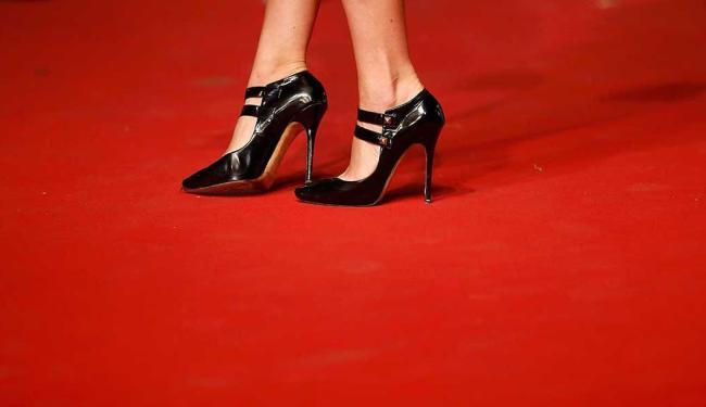 Convidadas teriam sido impedidas de passar pelo tapete vermelho por estarem usando sapatos baixos - Foto: Benoit Tessier | Agência Reuters