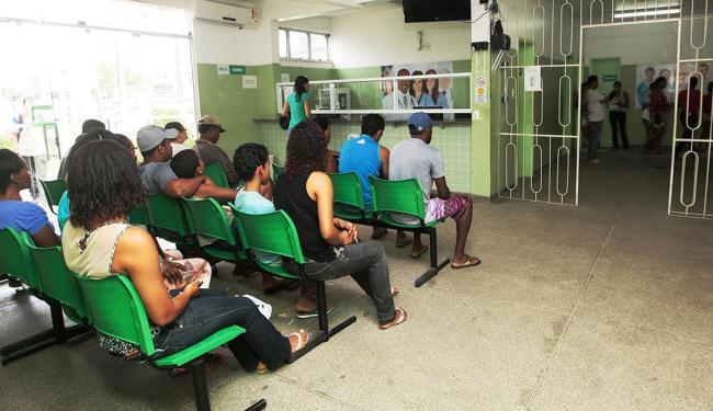 Posto de saúde ficou lotado em Camaçari no final de março - Foto: Mila Cordeiro | Ag. A TARDE | 23.3.2015