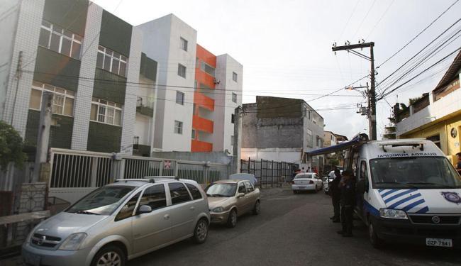 Um dos prédios foi construído de maneira irregular - Foto: Lúcio Távora | Ag. A TARDE