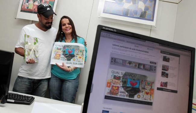 Bruno Aziz entrega os prêmios para a leitura Betânia Antunes, vencedora do concurso #colorirATARDE - Foto: Mila Cordeiro | Ag. A TARDE