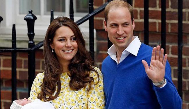 Princesa foi apresentada pelos pais na saída da maternidade - Foto: AP Photo