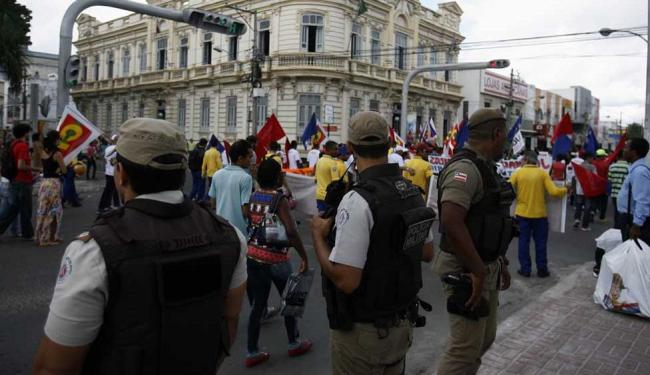 Manifestantes caminharam pelas ruas de Feira de Santana - Foto: Luiz Tito | Ag. A TARDE