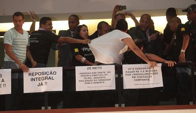 Seguranças tentam retirar servidor da galeria após manifestações contrárias à votação - Foto: Lúcio Távora   Ag. A TARDE