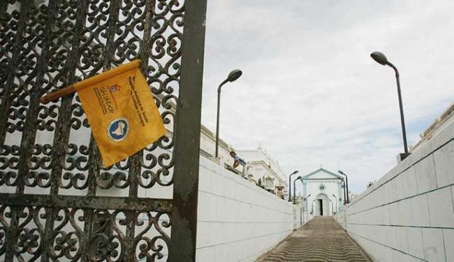 Engenheiros da Codesal estiveram no local para avaliar possibilidade de desabamento - Foto: Fernando Vivas   Ag. A TARDE 27.10.2005
