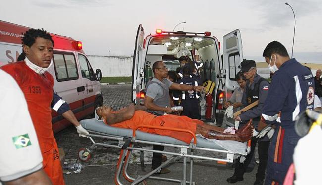 Cinco pessoas foram feridas e socorridas por ambulâncias do Samu - Foto: Luiz Tito | Ag. A TARDE