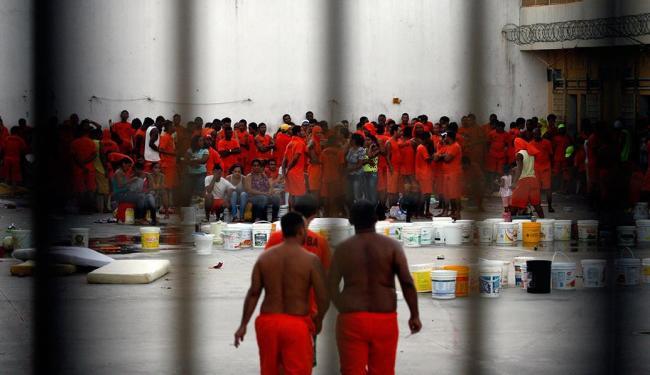 Detentos fazem de 70 a 100 pessoas como reféns - Foto: Luiz Tito   Ag. A TARDE