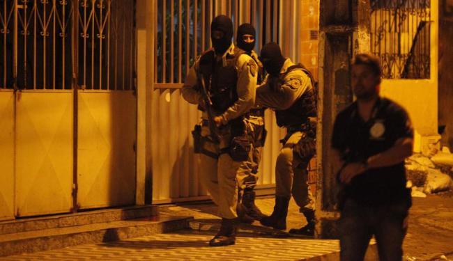Policiais e sobreviventes participaram de reconstituição encapuzados - Foto: Lúcio Távora | Ag. A TARDE