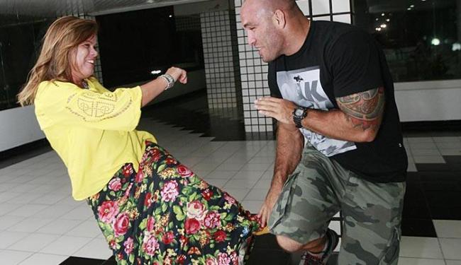 Rejanete se diverte ao fingir lutar com o filho Bruno
