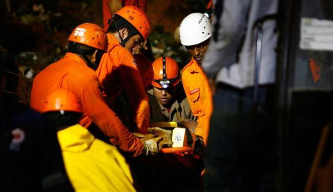 Adolescente chegou a ser resgatado com vida após 8 horas soterrado, mas não resistiu aos ferimentos - Foto: Raul Spinassé | Ag. A TARDE