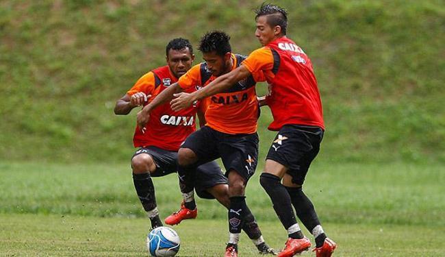Rogério tenta passar por Ednei (E) e Euller em treinamento - Foto: Edilson Lima | Ag. A TARDE