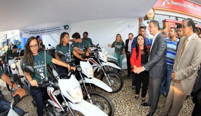 Rui e dirigentes do BNB na solenidade de entrega das motos aos assessores de crédito do banco - Foto: Manu Dias | Govba
