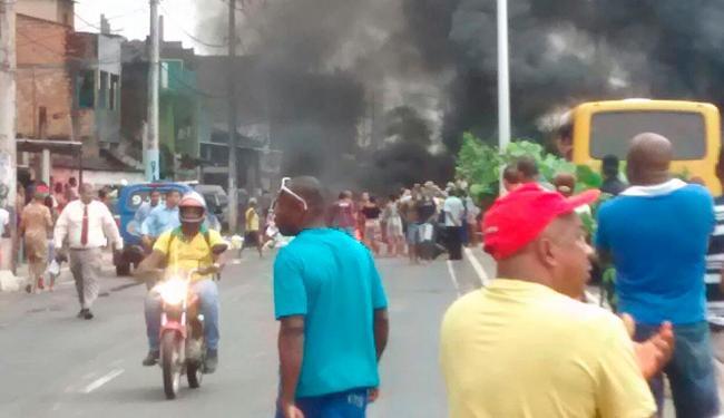 Os moradores bloquearam a via nos dois sentidos ateando fogo em objetos - Foto: Foto do leitor | Cidadão Repórter