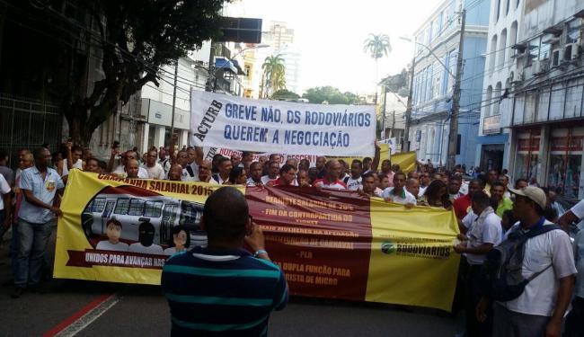 Após o término da assembleia, os rodoviários seguiram em passeata até a Praça Municipal - Foto: Divulgação | Sintroba