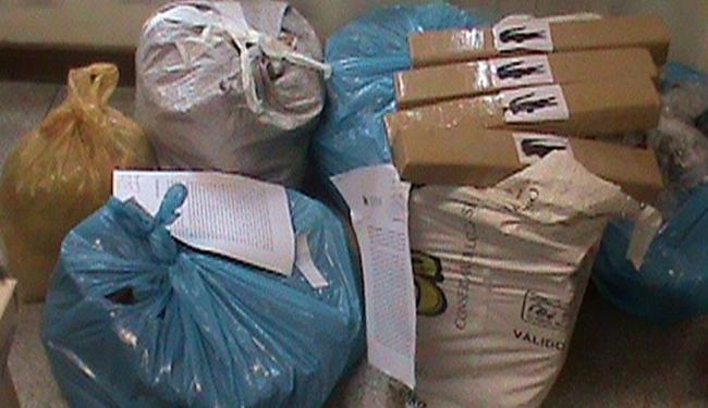 Foram encontradas drogas, uma submetralhadora, chips de celular e balança de precisão - Foto: Divulgação | Polícia Civil