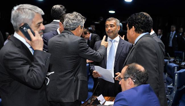Senador Romário (C) recolheu as assinaturas para ao requerimento na sessão de quarta - Foto: Waldemir Barreto l Agência Senado