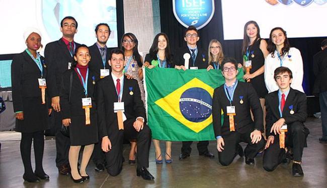 Thayná e Beatriz (E) entre alunos brasileiros que se destacaram na maior feira pré-universitária do - Foto: Divulgação l Intel Isef