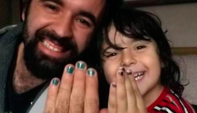 Thiago Moreira ao lado do filho: ambos de unhas pintadas - Foto: Reprodução   Facebook
