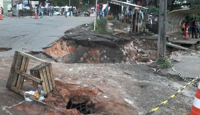 A pista cedeu ao lado de um ponto de ônibus em Pirajá - Foto: Edilson Lima | Ag. A TARDE