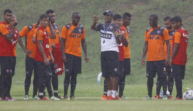 Sob chuva, Wesley comandou o treino na manhã desta terça-feira, 26 - Foto: Eduardo Martins | Ag. A TARDE