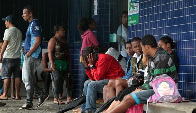 Pacientes à espera de atendimento na UPA dos Barris nesta sexta-feira - Foto: Lúcio Távora | Ag. A TARDE
