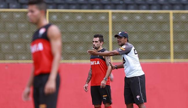 Wesley Carvalho (D) orienta o capitão Escudero em treino - Foto: Joá Souza   Ag. A TARDE