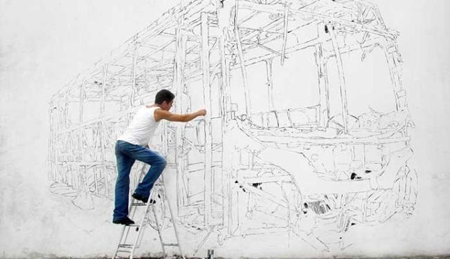 Zé da Rocha rabiscando muro para a exposição - Foto: Vanessa Cersil | Divulgação