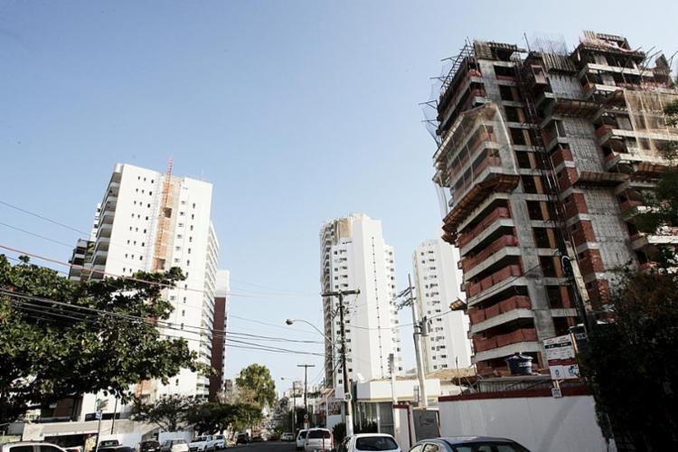 Imóvel novo e prédio em construção - Foto: Mila Cordeiro | Ag. A TARDE | 03.09.2014