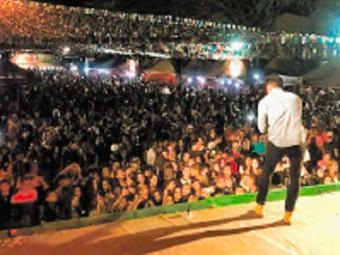 Praça da cidade ficou lotada na última noite de festa - Foto: Divulgação