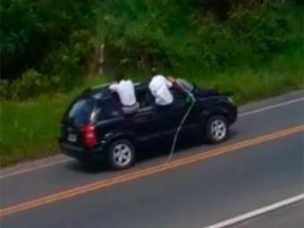 Ladrões amarram seguranças do banco na frente dos carros usados na fuga - Foto: Reprodução