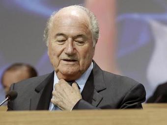 Blatter é denunciado por fazer uma campanha pessoal e permanente - Foto: Arnd Wiegmann | Ag. Reuters | 01.06.2011