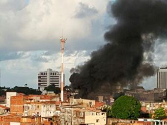Fumaça provocada pelo incêndio foi vista de outros bairros - Foto: Foto Leitor | Whatsapp