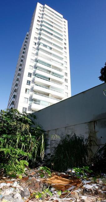 Terreno ao lado de prédio novo tem lixo e mato, na Rua Filinto Borja - Foto: Marco Aurélio Martins | Ag. A TARDE