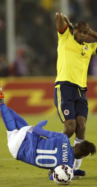 Neymar cai diante do volante colombiano Edwin Valencia - Foto: Henry Romero / Reuters