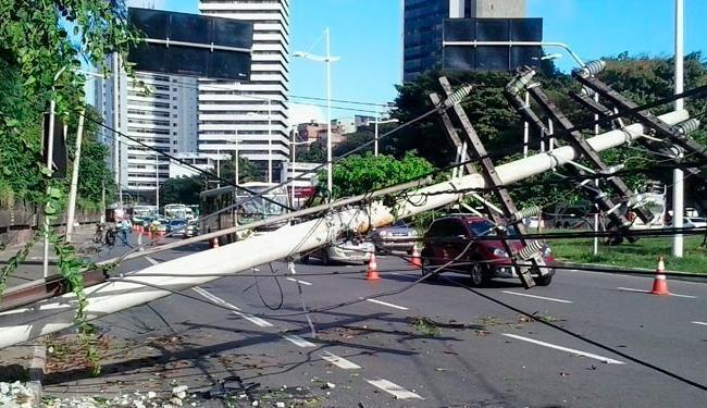 Um carro derrubou um poste na avenida ACM (Foto: Joá Souza | Ag. A TARDE) - Foto: Joá Souza | Ag. A TARDE