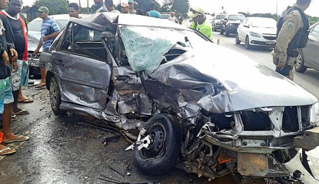 Um dos carros envolvidos na colisão ficou totalmente destruído - Foto: Paulo Galvão | Forte da Notícia